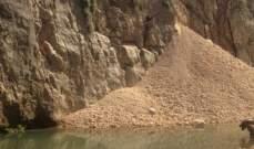النشرة: عمال من منطقة البقاع البغربي يقومون بردم مجري نهر الليطاني