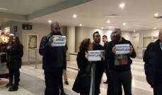 وقفة للحراك المدني في المطار احتجاجا على طريقة التعامل مع الطيور