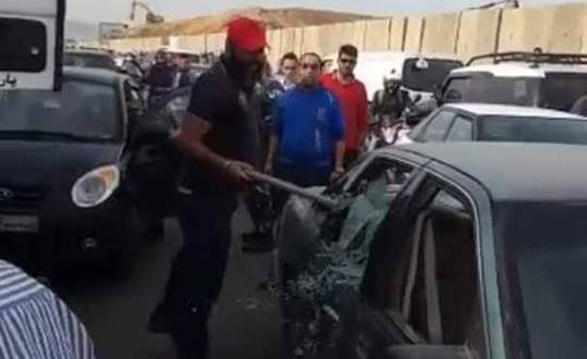 اعتداء على مواطنين وتكسير سيارة خلال إعتصام أصحاب الشاحنات عند الكوستابرافا