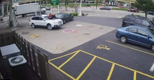 قفزت على غطاء محرك سيارتها لمنع سرقتها
