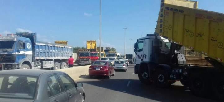 النشرة: اعادة قطع طريق ترشيش زحلة بالشاحنات بعد ان فتحت لنصف ساعة فقط