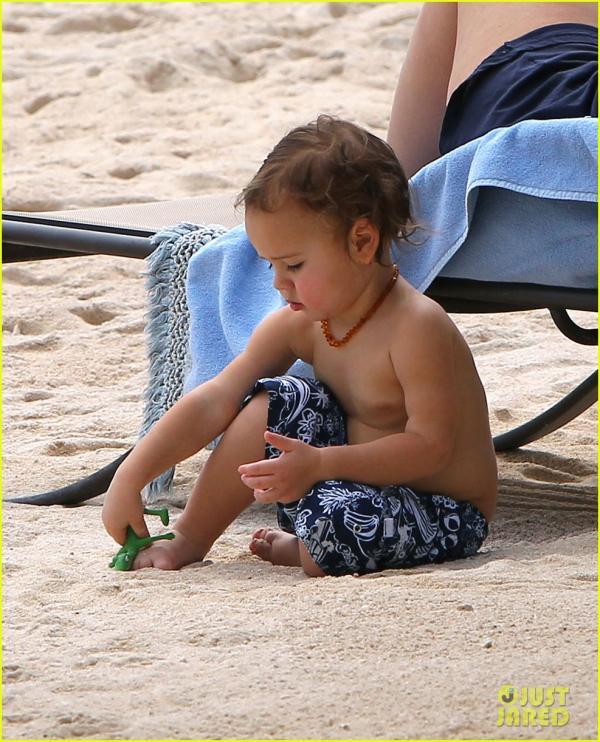 بالصور ميراندا تسرق النمر لتتبختر بإثارة شاطئ البحر 2013 1359190220_miranda-k