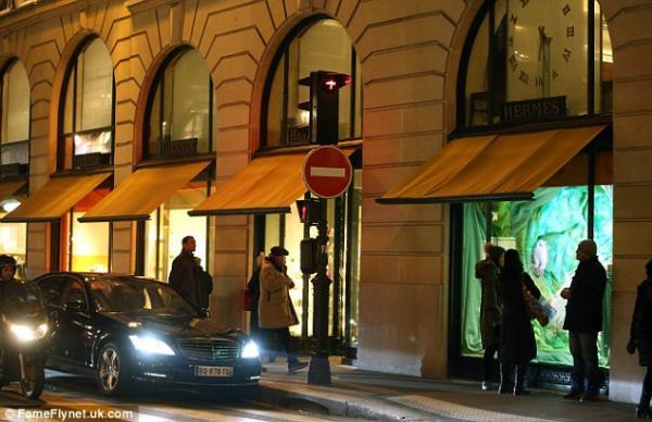 بالصور الريش يكسو منحنيات كارداشيان باريس 2013 1359192701_article-2