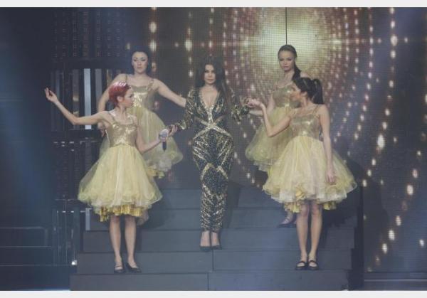 هيفا وهبي: فستاني الأسود والذهبي خصيصا يوجد قطعة واحدة 1359810219_hay.jpg