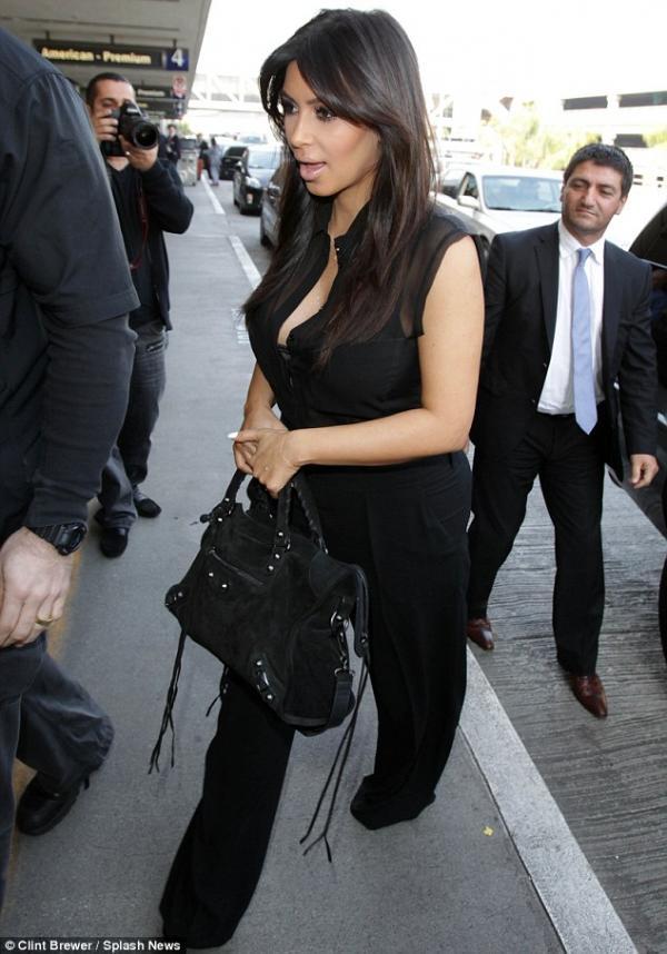 بالصور كارداشيان تغادر منزلها بقميص