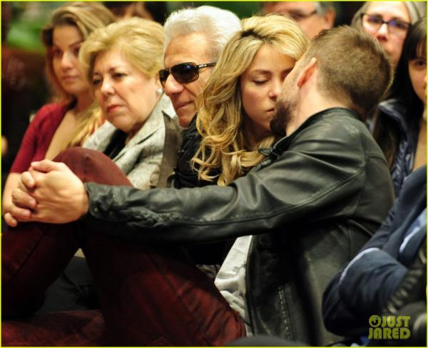 بالصور جيرارد بيكيه يتلقّى قبلة