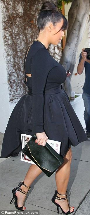 بالصور كارداشيان يمنعها إرتداء القصير وإظهار ساقيها 2013 1364028142_article-2