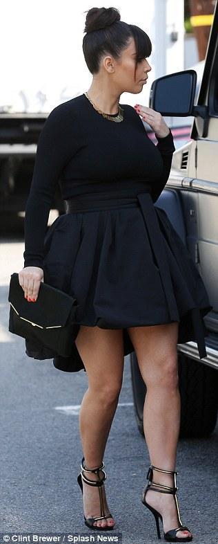 بالصور كارداشيان يمنعها إرتداء القصير وإظهار ساقيها 2013 1364028143_article-2