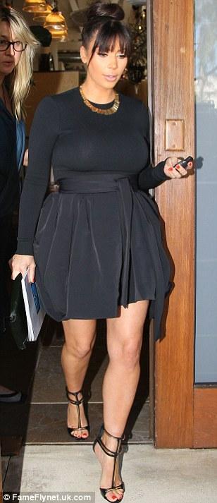 بالصور كارداشيان يمنعها إرتداء القصير وإظهار ساقيها 2013 1364028144_article-2