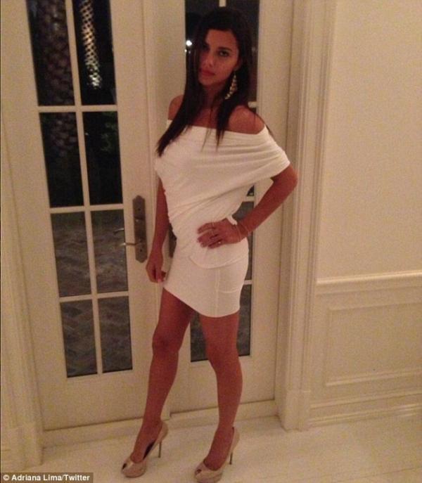 بالصور عارضة فيكتوريا سيكريت الحسناء تستعرض منحنياتها بفستان الضيق 1364290034_article-2