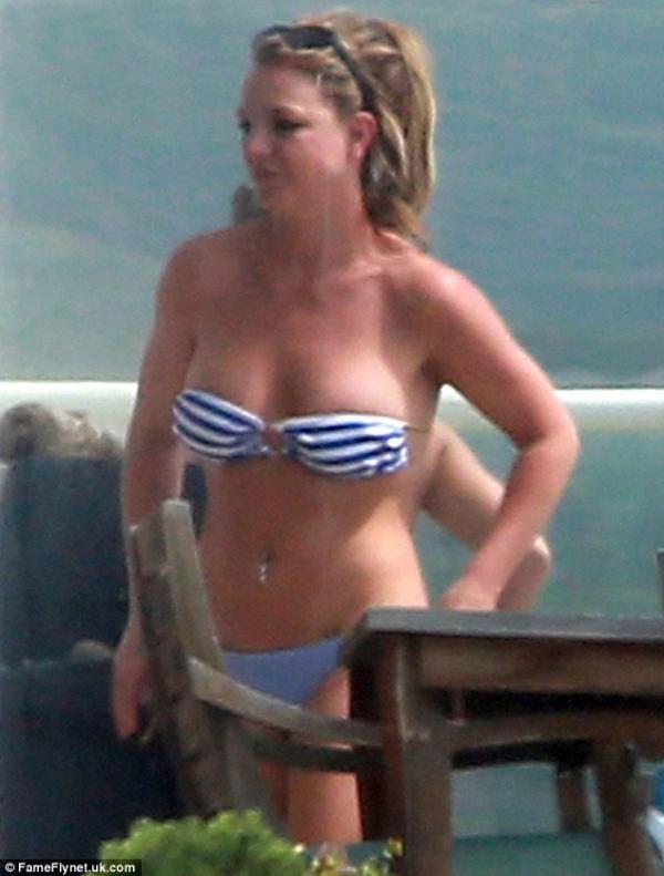 بالصور بريتني سبيرز تزور صديقتها بالبيكيني 1364292413_article-2