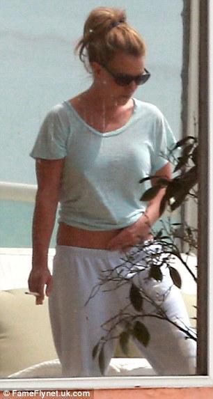 بالصور بريتني سبيرز تزور صديقتها بالبيكيني 1364292414_article-2
