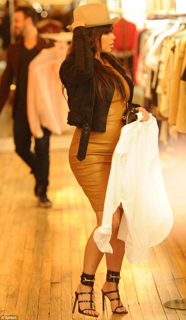 بالصور كارداشيان تفصّل قوامها بفستان جلدي جداً 2013 1364385853_article-2