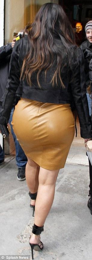 بالصور كارداشيان تفصّل قوامها بفستان جلدي جداً 2013 1364385856_article-0