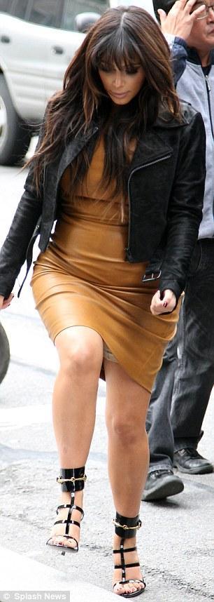 بالصور كارداشيان تفصّل قوامها بفستان جلدي جداً 2013 1364385857_article-0