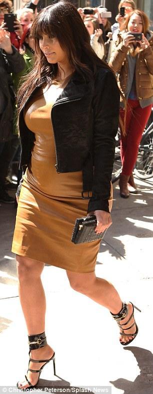 بالصور كارداشيان تفصّل قوامها بفستان جلدي جداً 2013 1364385858_article-2