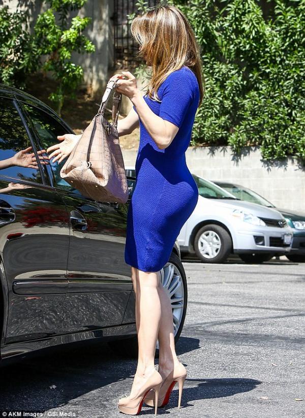 بالصور جينيفر لوبيز تتبختر أنجلوس بفستانها النيلي الضيق 2013 1365837470_article-2