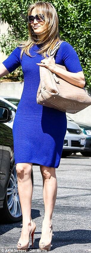بالصور جينيفر لوبيز تتبختر أنجلوس بفستانها النيلي الضيق 2013 1365837471_article-0