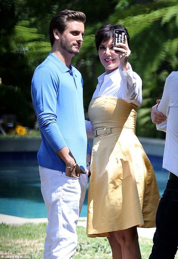 بالصور فضيحة كريس جينير ترفع فستانها بشكل جريء الماكياج 1365862995_article-0