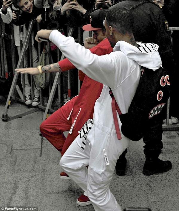 بالصور جاستين بيبر يرقص الطريق