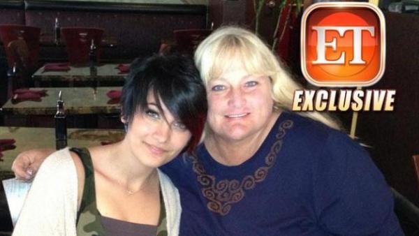 بالصور ابنة مايكل جاكسون ووالدتها