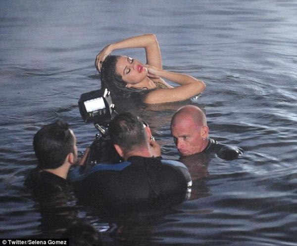 بالصور سيلينا غوميز تصور المياه