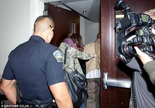 بالصور سيلينا غوميز تخبئ وجهها..وتركض