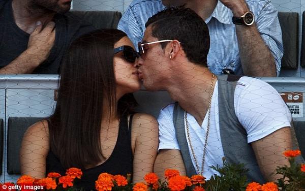 بالصور ايرينا شايك تتلقى قبلة