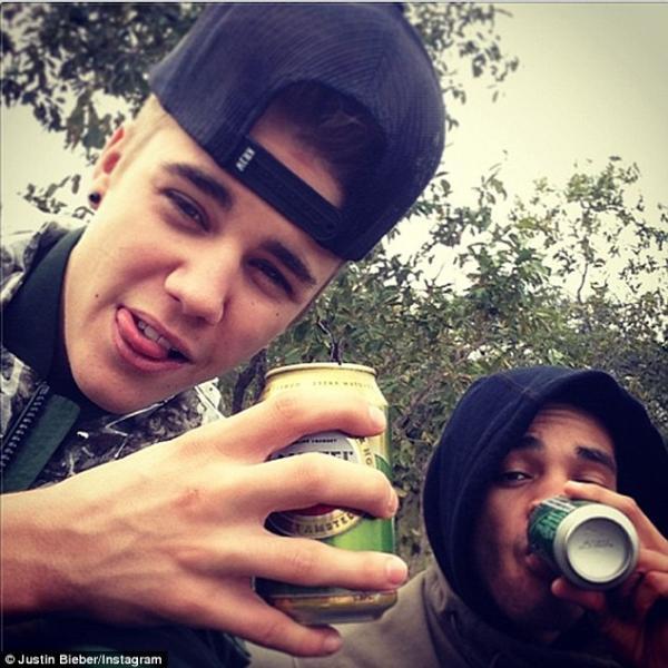 بالصور جاستين بيبر يشرب الكحول
