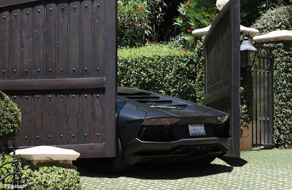 بالصور بوابة كارداشيان تحطّم سيارة