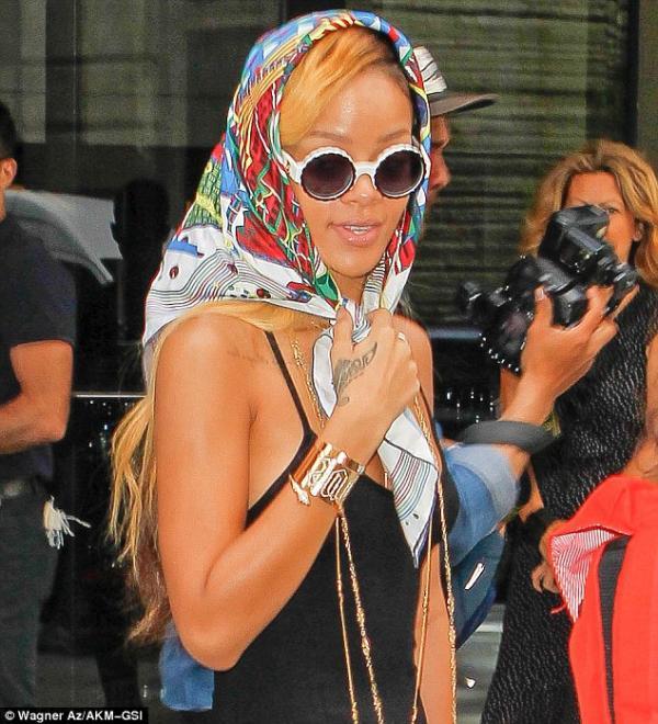 بالصور ريهانا ترتدي منديل الحشمة