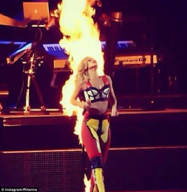 بالصور النيران تلتهم ريهانا المسرح