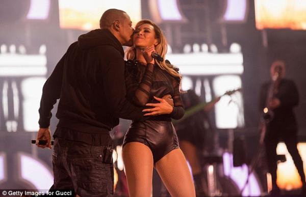 بالصور يفاجئ بيونسيه بقبلة رومانسية