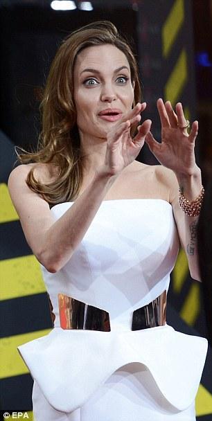 بالصور أنجلينا جولي تثبت جمالها