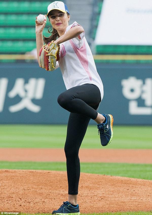 بالصور ميراندا تلعب البيسبول برشاقة
