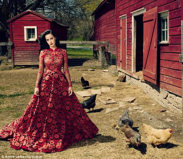 بالصور كاتي بيري تستلقي الأرض