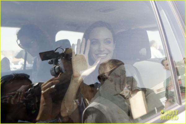 بالصور أنجلينا جولي ترفع صوتها