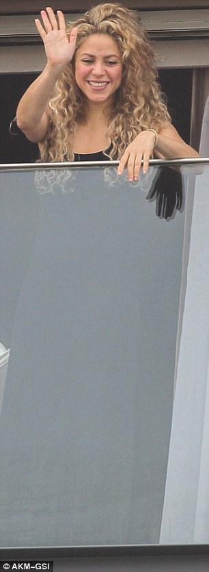 بالصور شاكيرا شرفة غرفتها معجبيها