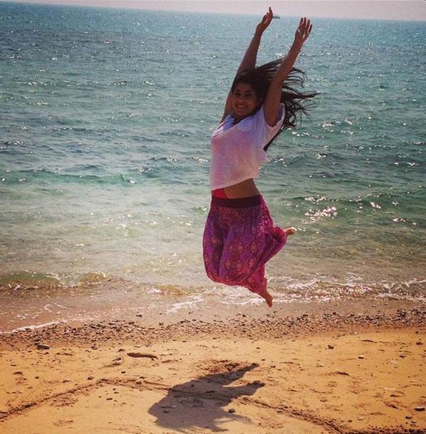 بالصور ايتن عامر تقفز بمايوة