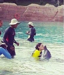 بالصور الفنانة أحلام تلاعب الدلافين