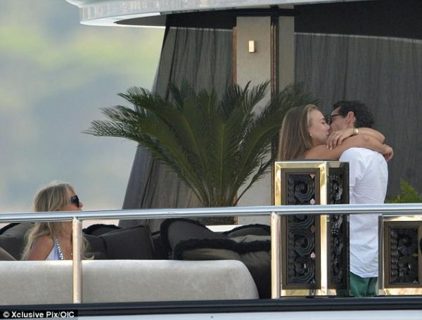 بالصور مارك أنتوني يقبّل حبيبته