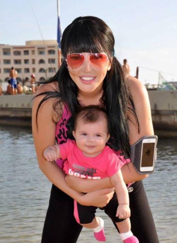 صور الفنانة السورية جيني اسبر وابنتها ساندي