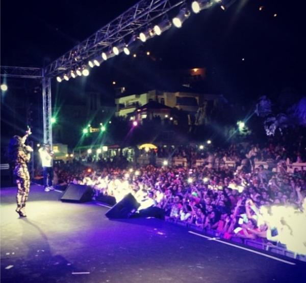 بالصور هيفا وهبي تشعل مهرجان إهمج وأناقتها تبهر الآلاف 1377455320_jjgh.jpg