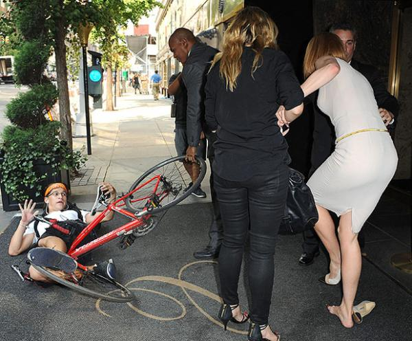 بالصور مصور باباراتزي يصدم نيكول كيدمان بدراجته ويسقطها أرضا 1379055127_kidman1_1