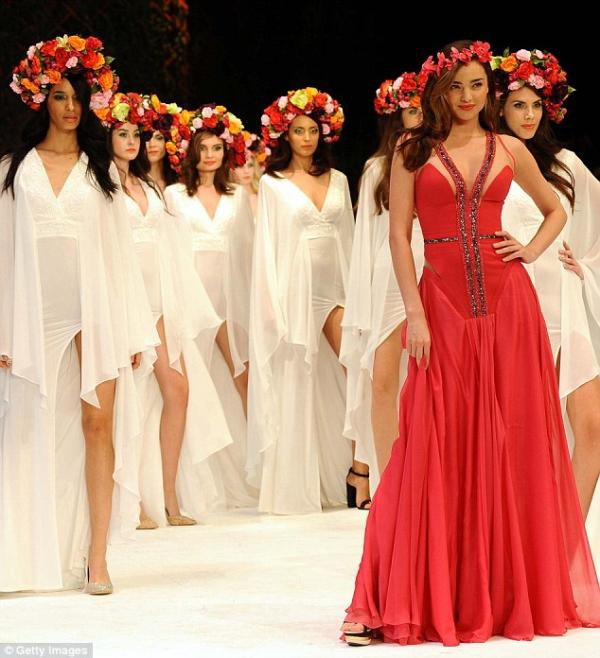 بالصور ميراندا تنثر جمالها بإطلالاتها المثيرة تركيا 1389446337_article-2
