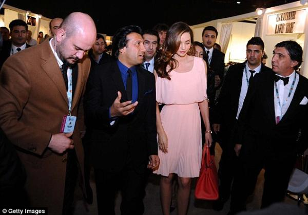 بالصور ميراندا تنثر جمالها بإطلالاتها المثيرة تركيا 1389446411_article-2