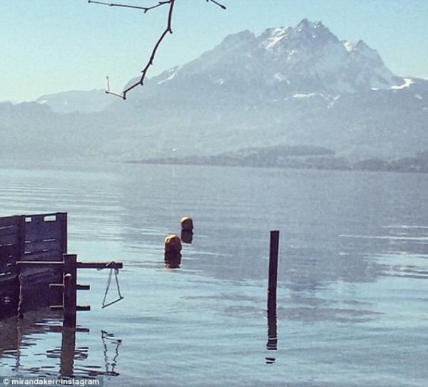 بالصور ميراندا تتعرّى جانب بحيرة سويسرا 1395672135_article-2