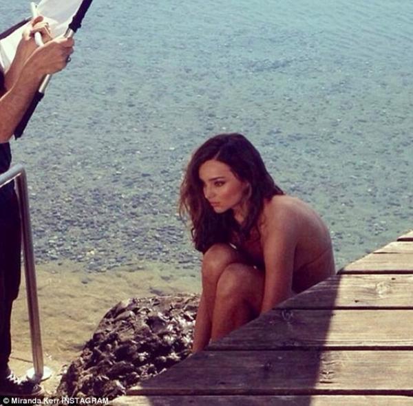 بالصور ميراندا تتعرّى جانب بحيرة سويسرا 1395672136_article-0
