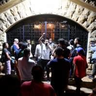 وقفة إحتجاجية أمام منزل رئيس جمعية المصارف سليم صفير- محمد سلمان