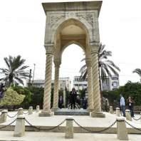 جريصاتي يضع اكليلا من الزهر على ضريح رياض الصلح في الاوزاعي-محمد سلمان